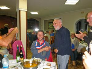 Yannick, nouvel élu, félicité par Maurice Depaix